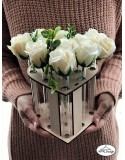 Vaza cu eprubete cu cadru din lemn in forma de inima